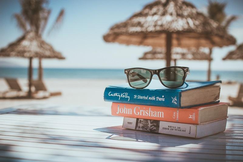 南の島でのんびり本を読む