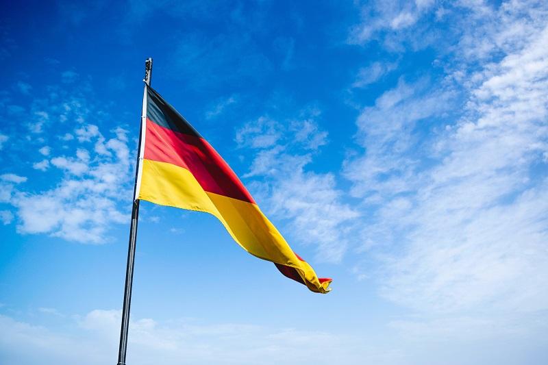 空に風ではためくドイツ国旗