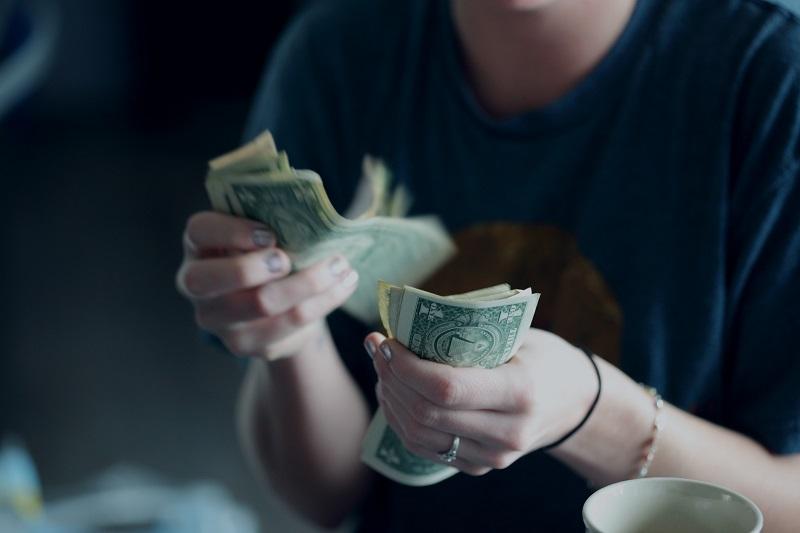 受け取ったお金を数える少年