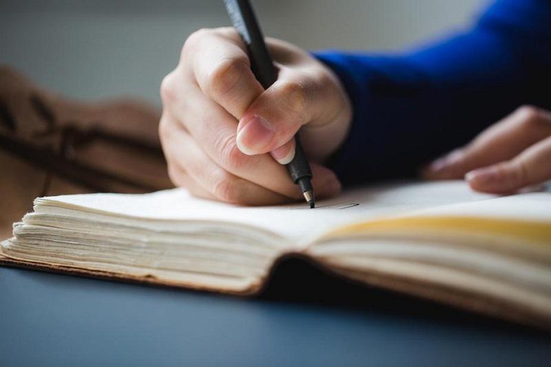 ペンと本で勉強している人