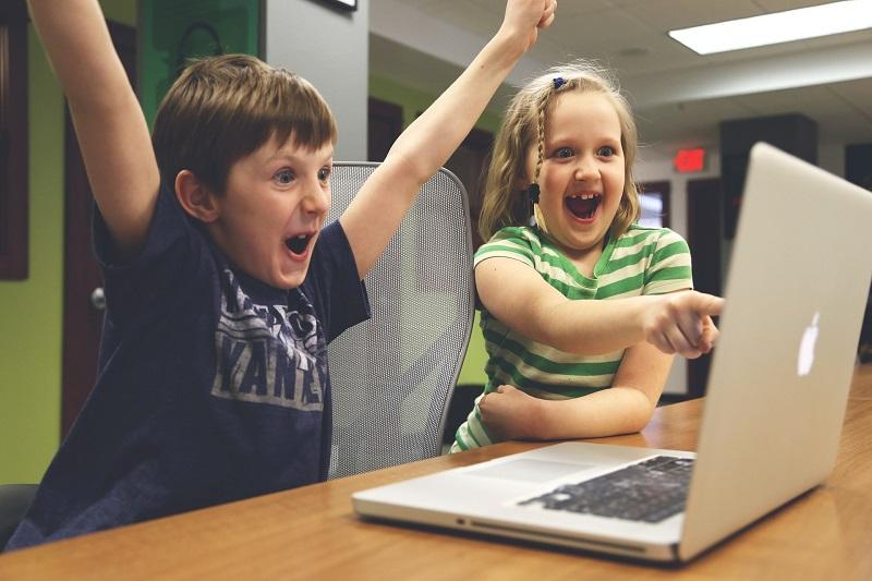 大成功で大喜びの子供たち