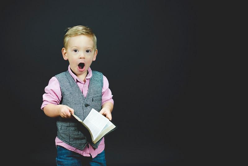 本を見てびっくりする子供