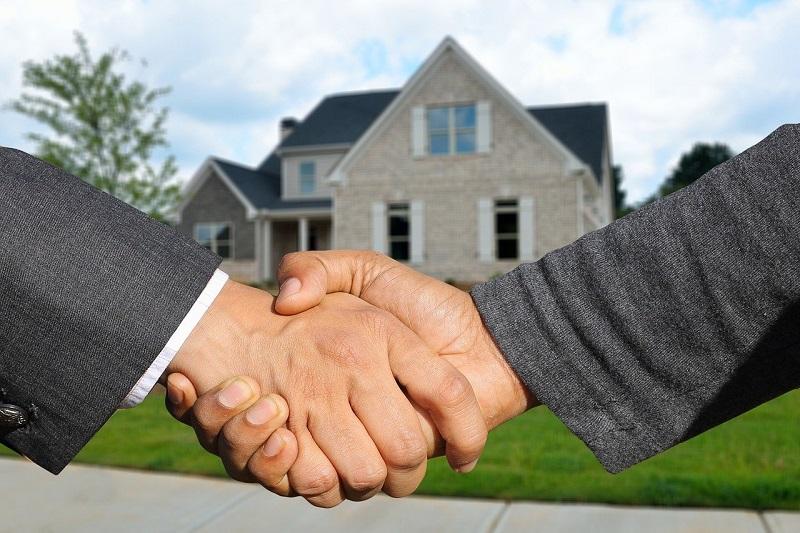 不動産契約成立の握手