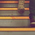 階段を上がる足