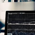 モニターに株価上昇のチャート