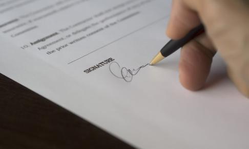 チェックして書類にサイン
