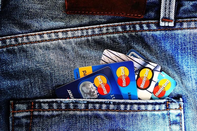 たくさんのクレジットカードを持っている