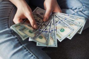 手に金を持っている人