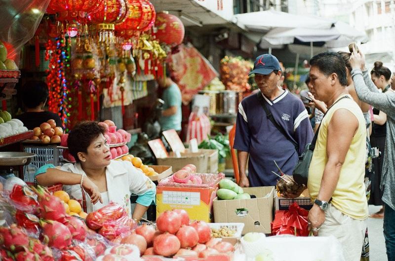 市場で交渉する人たち