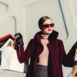 たくさんの買い物をしている女性