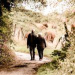 年金受給者らしき老夫婦が仲良く散歩している