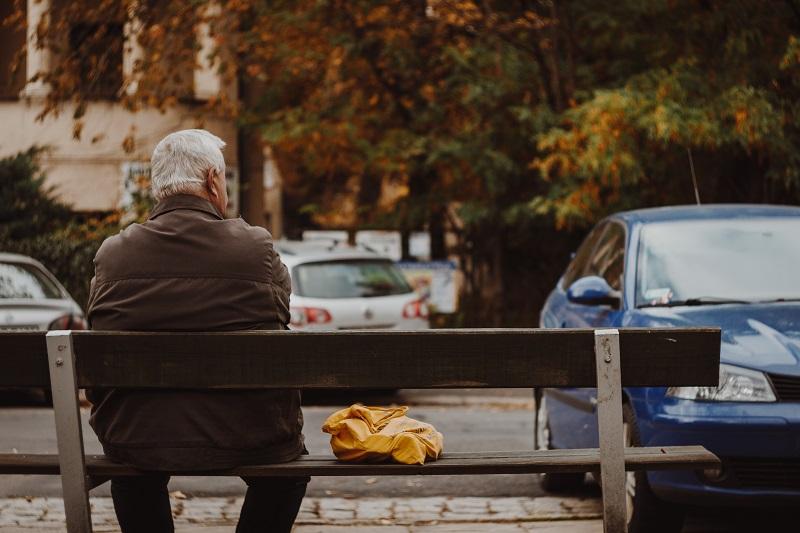 老人がベンチに座っている