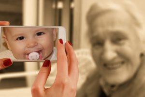 老婆が赤ん坊だったころの写真がスマホに写る