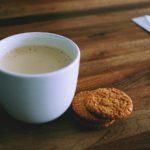コーヒーで一休み。株価が一服したイメージ