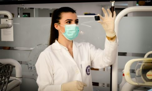 抗体検査をしている看護師のイメージ