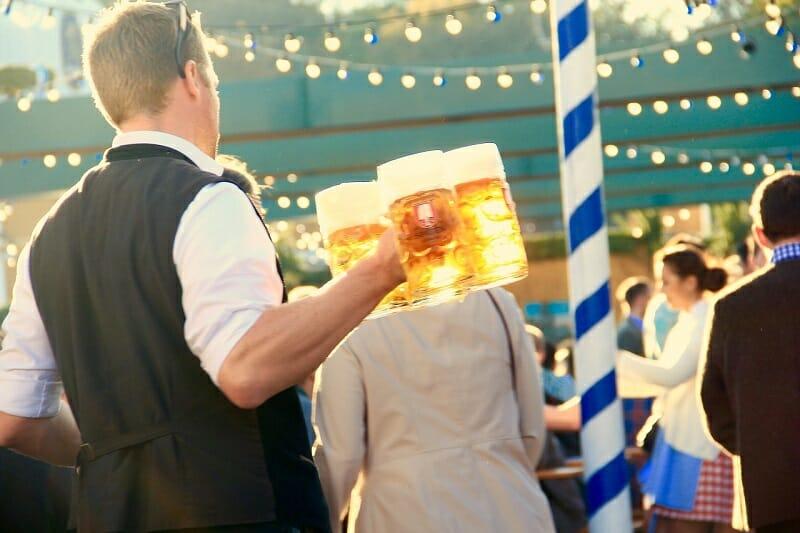 オクトーバーフェストでビールを運ぶウェイター