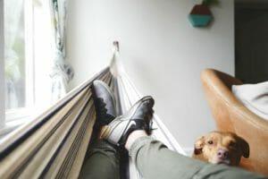 休んでいるイメージの画像で休むも相場を表現