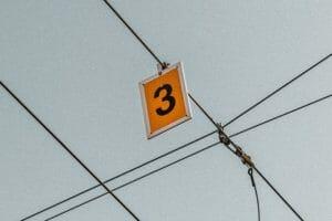3つの年リターンを上げる方法をイメージした3の看板
