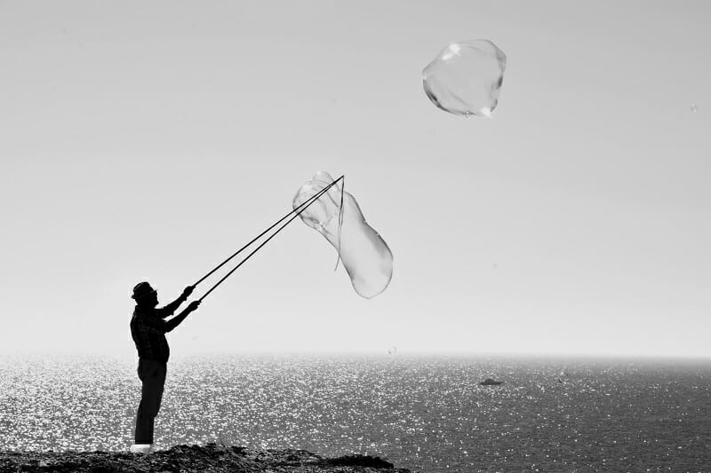 バブル経済のイメージで大きいシャボン玉