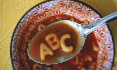 アルファベット3文字の投資用語のイメージでアルファベットパスタ