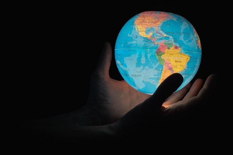 外国株式インデックスファンドで世界に投資するイメージ
